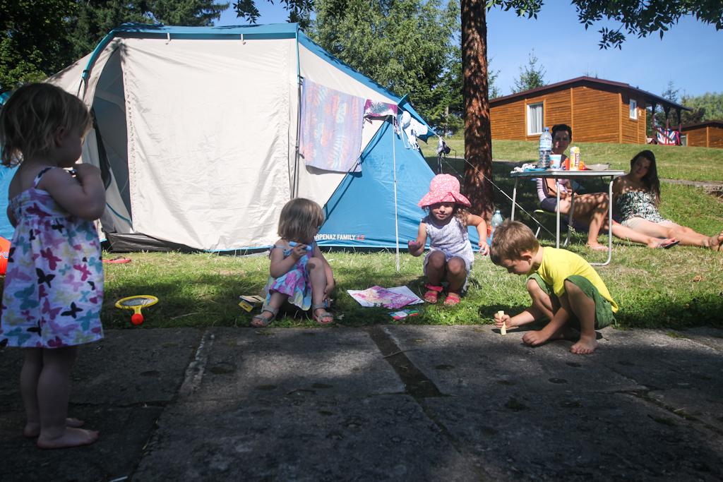 Zabawa z namiotowymi sąsiadami